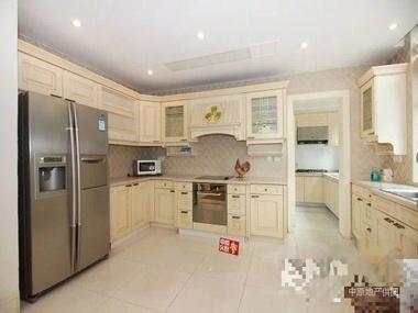 厨房旁边还有个洗衣房直接连接阳台从西边开小门进花园;地上二层:一个